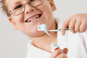 child-eat-fluoride-toothpaste-1